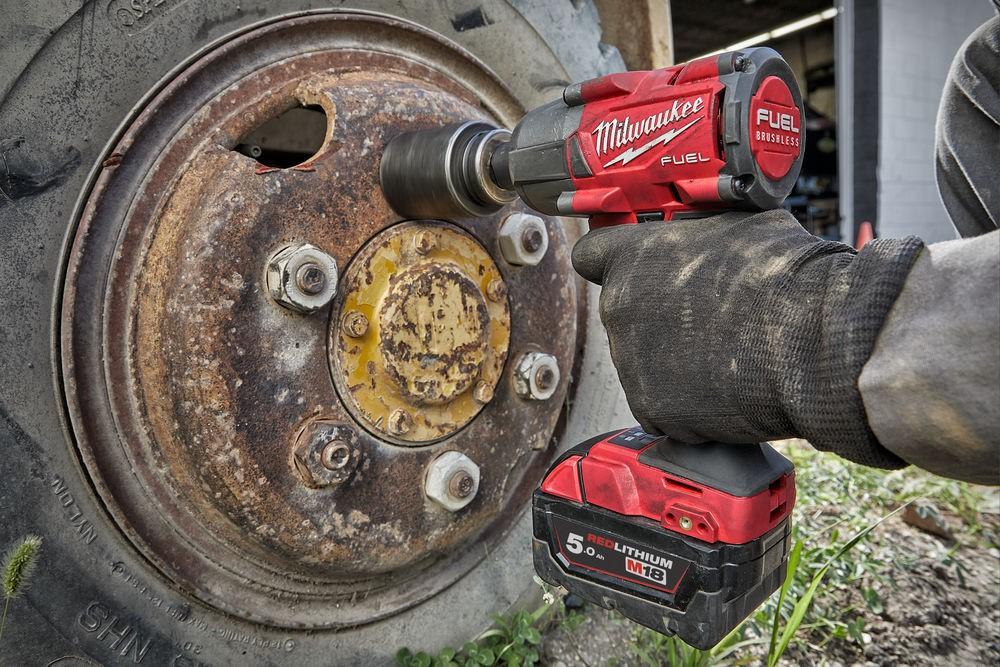 """Klucz udarowy akumulatorowy 1/2"""" 881 Nm z pierścieniem M18 FMTIW2F12-502X + nasadki udarowe MILWAUKEE (nr kat. 4933478450 + 4932451568)"""