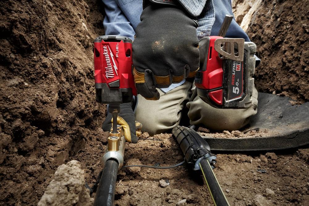 """Klucz udarowy akumulatorowy kompaktowy 1/2"""" 339 Nm z pierścieniem M18 FIW2F12-502X + guma ochronna MILWAUKEE (nr kat. 4933478444 + 4932478770)"""