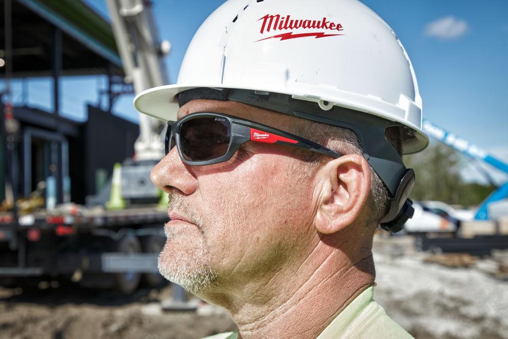 Okulary ochronne przyciemniane Premium MILWAUKEE (nr kat. 4932471884)